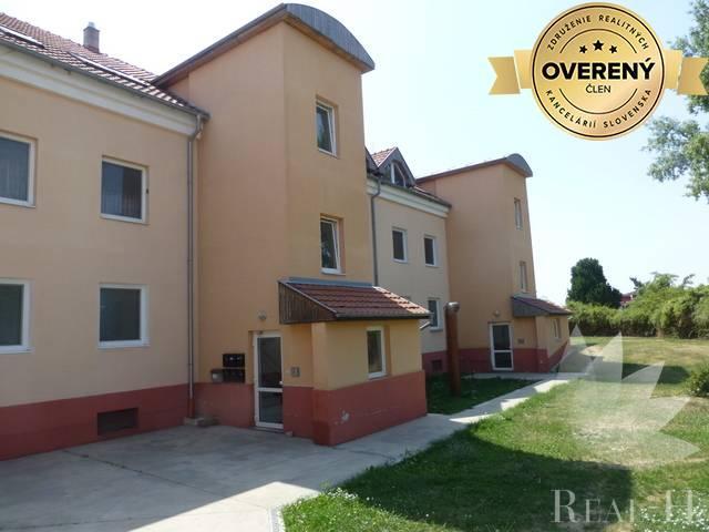Reality Predaj pekný, útulný 2 izbový byt, Železničná ulica, Rovinka