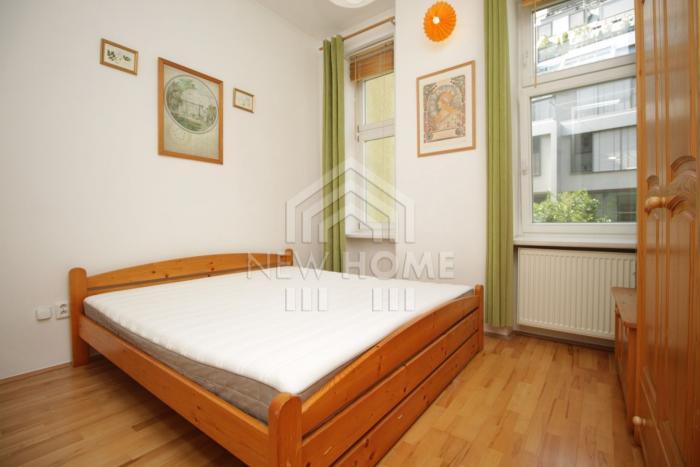 Reality GROSSLINGOVA - Vysoké stropy, drevená podlaha, pôvodné drevené okná, dvere....