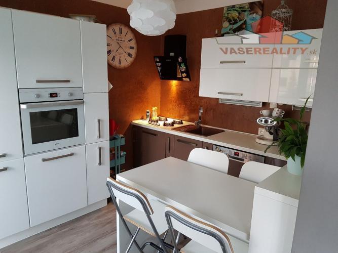 Reality 3 - izbový luxusný moderne zariadený byt v Leviciach.