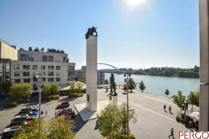 ... Reality Luxusný 3-izbový byt s výhľadom na Dunaj v Eurovei ... 8ab9bf2c7b5