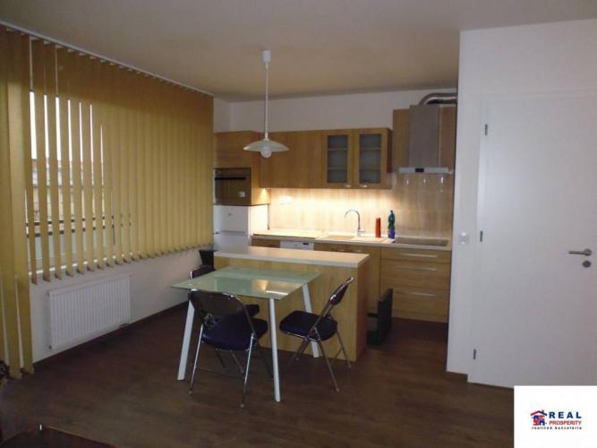 Reality Rezid. PRI RADNICI: NOVÝ 2-izb. ZARIAD. byt + TERASA + parkov. miesto