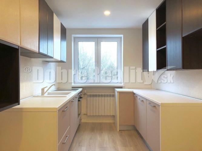 Reality PREDAJ - 2 izbový byt 62 m2, 3.p./3.p., kompletná rekonštrukcia, M. R. Štefanika, Prievidza