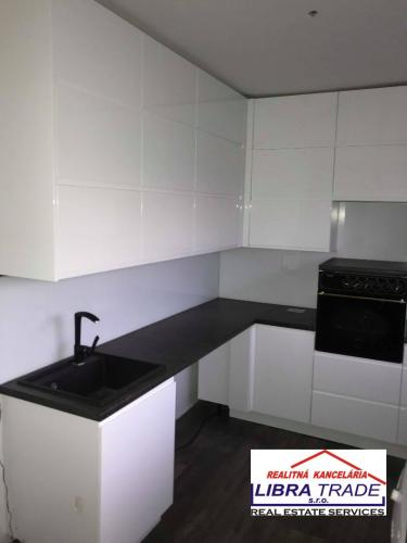 Reality PREDAJ - Kompletne prerobený 3 izbový tehlový byt s loggiou v Komárne
