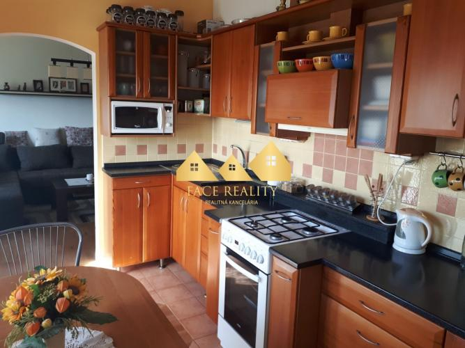 Reality ZNOVA AKTUÁLNY Predaj 3 izbový byt s balkónom v Poprade , ROZLOHA 76 m2