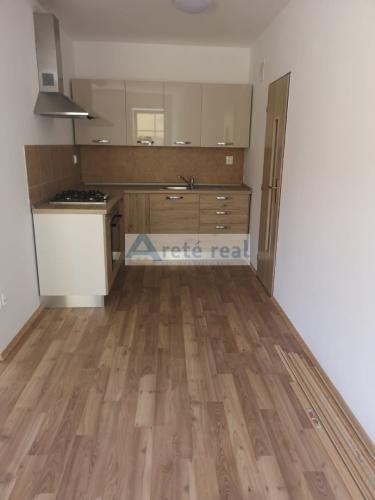 Reality Areté real, Prenájom novostavby 2-izbového bytu s parkovacím miestom v priamom centre mesta Pezi