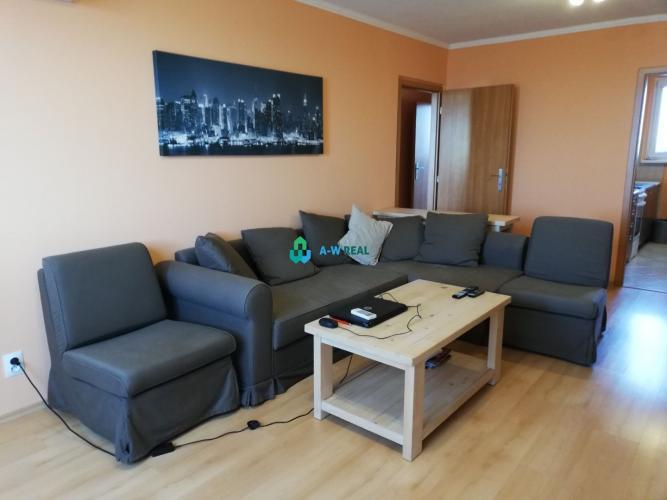 Reality Krásny kompletne zrekonštruovaný 3 izbový byt s loggiou a so špajzou