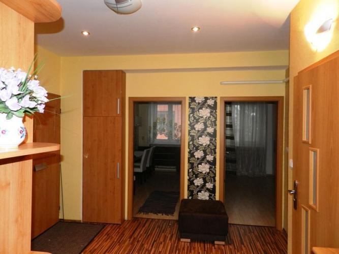 Reality NA PREDAJ, 2-izbový moderne riešený a kompletne zariadený tehlový byt s garážou