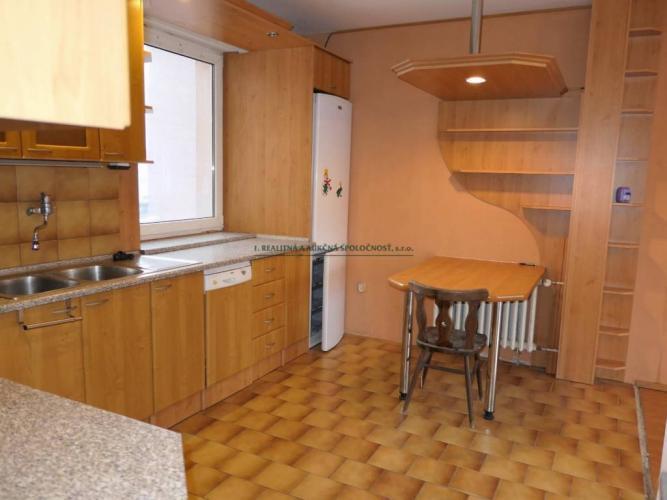 Reality Predaj-4i priestranný byt na 9 posch. presklenná loggia, nízke náklady