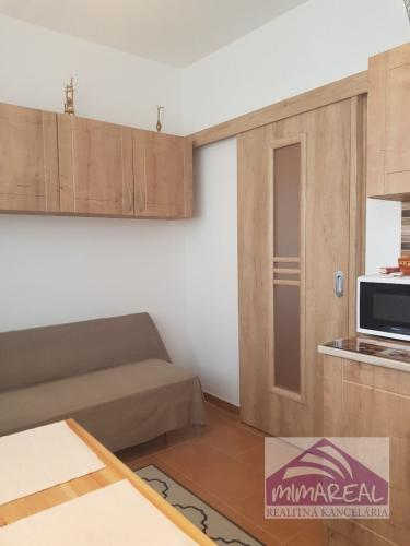 Reality REZERVÁCIA!!! Zrekonštruovaný a kompletne zariadený 1i byt na Rovniankovej ul., 11/12p., 38m, vo