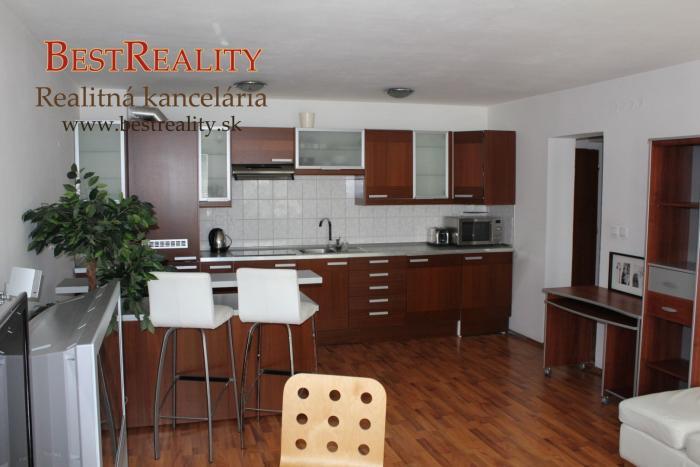 Reality 2 izbový zariadený byt na prenájom 56m2 2x balkón, v Blízkosti Dunaja, Centrum www.bestreality.