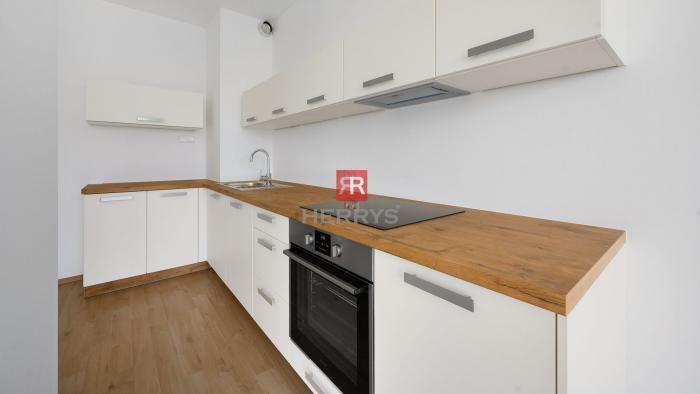 Reality HERRYS –Na predaj čerstvo skolaudovaný 1 izbový apartmán s lodžiou a vyhradeným parkingom v