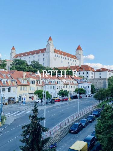 Reality ARTHUR - Znížená cena! 4 - izb. byt s garážovým státím v blízkosti Bratislavského hradu