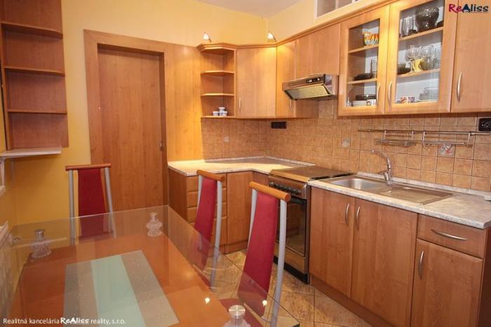 Reality Rezervované - 2 izb. kompletne zrekonštruovaný byt 67 m2 s balkónom, komorou, šatníkom - v cen