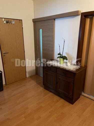 Reality Ponúkame k predaju plne zariadený luxusne prerobený zariadený 3 izbový byt v Prievidzi