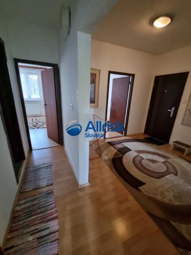 Reality NA PREDAJ - Priestranný 3 izbový byt s lodžiou na Furdekovej ulici v Petržalke