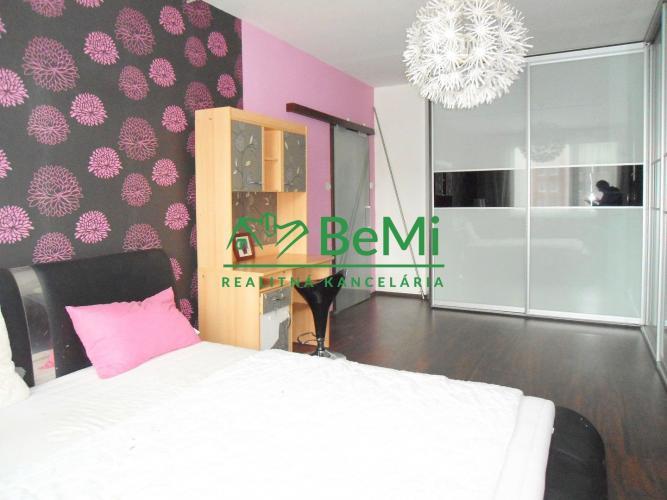 Reality ID: 1242-212, NR - Čajkovského ul., kompletne zariadený a vybavený 2-izbový byt prerobený na 3