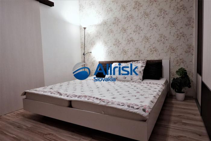 Reality Veľmi pekný zariadený 3-izbový byt na dlhodobý prenájom v Seredi