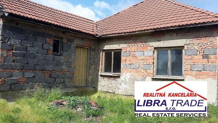 Reality Predaj - 2/3 izbový rodinný dom v začatej rekonštrukcií v Moči