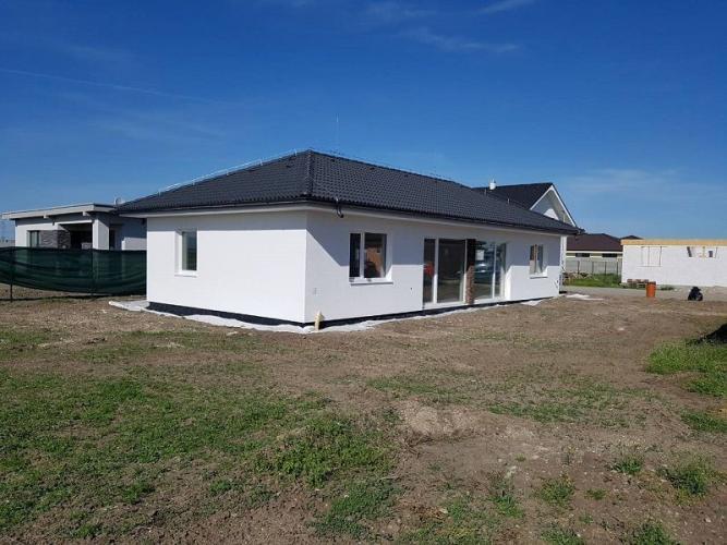 Reality Príjemný 4-izbový rodinný bungalov s atypickými prvakmi otvoreného priestoru-Miloslavov-Milosl