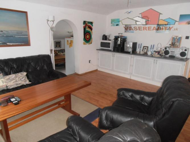 Reality BÝVAJTE HNEĎ! Rodinný dom 3-izbový so zariadením, garáž, záhrada, pozemok 1200 m2, VOZOKANY