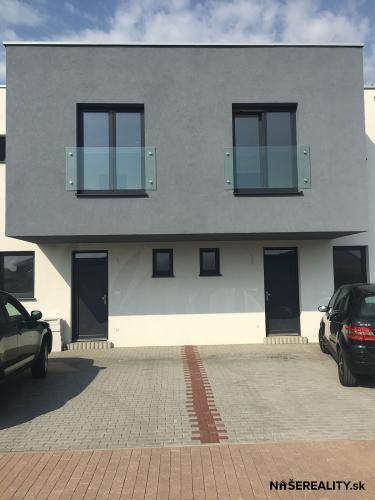Reality Skolaudovaný 4 izb. radový rodinný dom v lokalite Zátišie s pozemkom 456m²