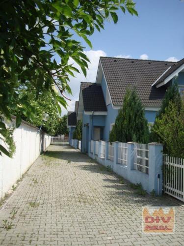 Reality Prenájom: 4 izbový rodinný dom, Jantárová ulica, Jarovce, Bratislava 5, nezariadený, dvojgará