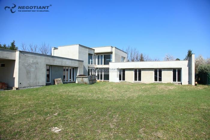 Reality Na predaj veľký nízkoenergetický rodinný dom (mestská vila) v stave holodom., Nové Zámky