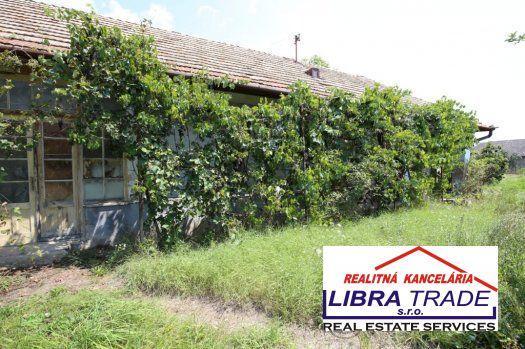 Reality Ponúkame na predaj starý vidiecky rodinný dom v Kamennom Moste.