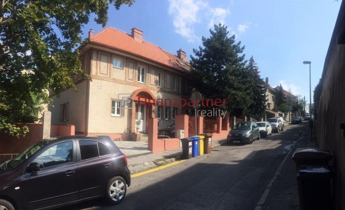Reality Skvelá lokalita - prenájom domu s 2 garážami BA I - Staré mesto