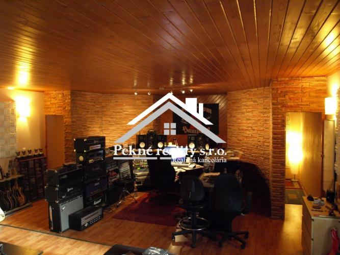 Reality Predaj rodinného domu s  profesionálnym nahrávacím štúdiom, Zvolenská Slatina