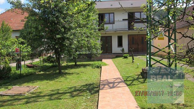 Reality Ponúkame na predaj dvojpodlažný rodinný dom v Trenčíne, vo vyhľadávanej lokalite Kubrá.
