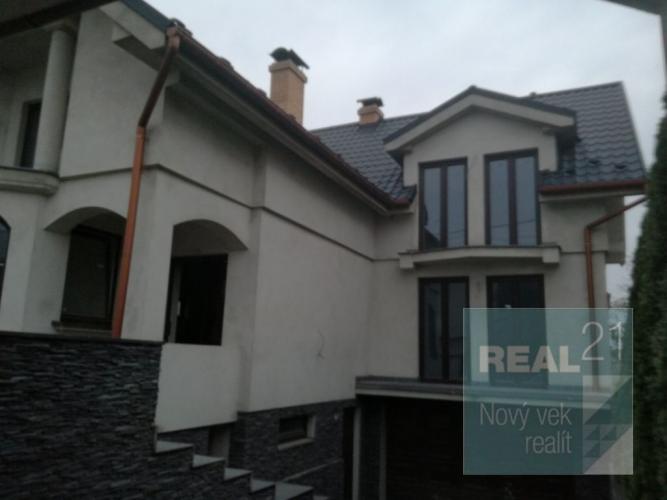 Reality Ponúkame na predaj rozostavanú rodinnú vilu s výmerou 300 m2 v Ladcoch.