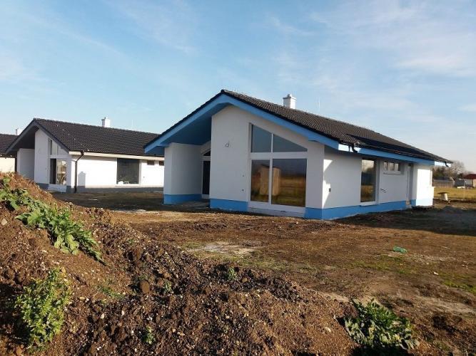 Reality Kvalitný 4-izbový rodinný dom s dvomi terasami a zvýšeným stropom v krásnej lokalite