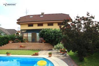 Reality Na predaj lukratívny veľký 7 izbový rodinný dom v obci Šenkvice, okres Pezinok.