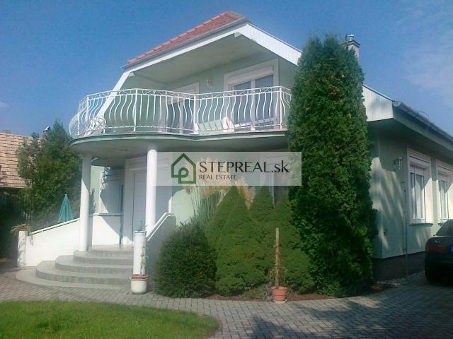 Reality Ponúkame na predaj exkluzívny 1-poschodový rodinný dom s krásnou terasou v obci Kráľová nad