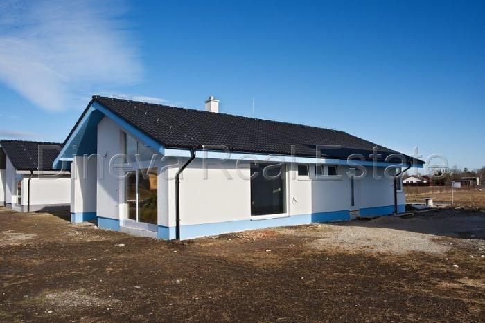 Reality Klasická architektúra rodinného štýlu s krásnym zvýšeným stropom a presvetlením