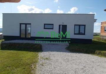 Reality Ponúkame na predaj priestrannú novostavbu bungalovu vo Hôrkach. 276-12-MIO.