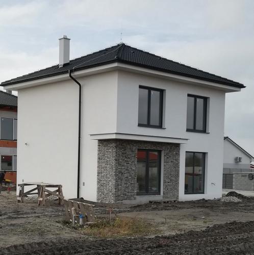 Reality Kvalitné 5-izbové rodinné domy osadené na pekných pozemkoch-Lehnice-Sása