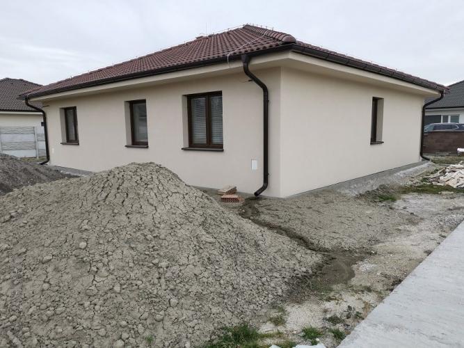 Reality Posledný 4-izbový bungalov v novovybudovanej časti Dolného Baru v blízkosti Dunajskej Stredy