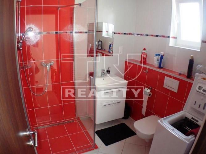 Reality Po kompletnej rekonštrukcii priestranný 5 izb.dom na prenájom v obci Kuchyňa. 160m2 CENA: 850,00