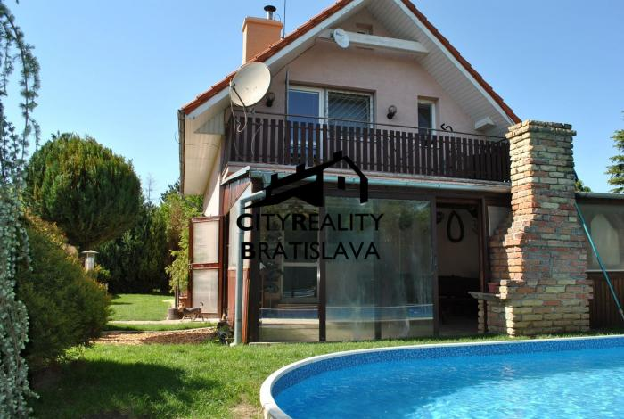 Reality Ponúkame na Predaj 4 izb. zateplený dom s bazénom len na skok do Bratislavy s množstvom zelene.