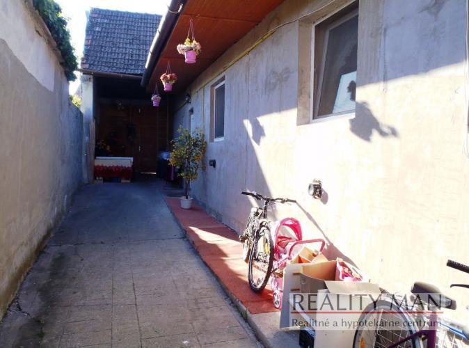 Reality REALITY MAN – 3 izbový dom, čiastočná rekonštrukcia, pozemok 707 m2 – Trebatice