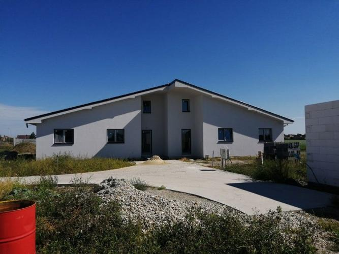 Reality Veľkorysý 4-izbový samostatný dom projektu dvoj-bungalovu so samostatným pozemkom