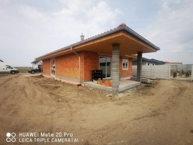 Reality Teritoriálne 4-izbové rodinné domy s prekrytými terasami s americkým šatníkom na pozemkoch 67