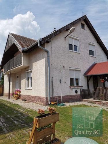 Reality Okr. Galanta - NA PREDAJ - samostatný, 5 izbový rodinný dom s obytným podkrovím v centre obce V