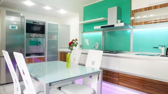 Reality 5-izbový, kompletne prerobený rodinný dom v milionárskej štvrti s 2 balkónmi a garážou, Nov