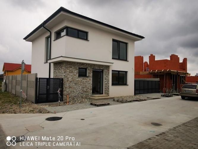 Reality Pekný 5-izbový rodinný dom s oplotením osadený na peknom pozemku