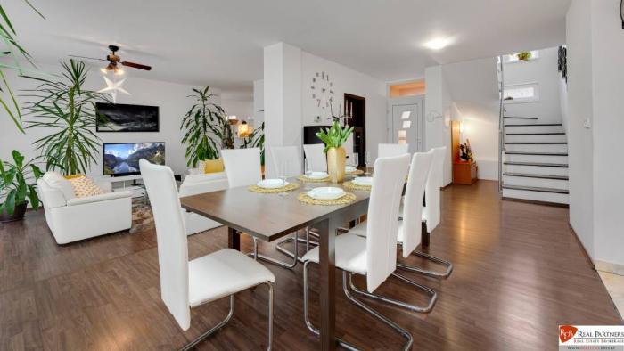 Reality REB.sk ponúka na predaj moderný 11 izb. dvojdom na 1128 m2 pozemku.