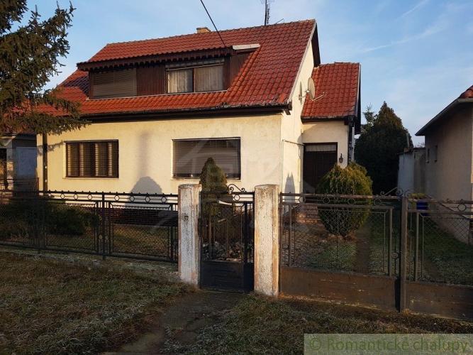 Reality Priestranný dvojgeneračný dom s veľkým pozemkom, vhodný aj ako investícia, v Hlohovci, časť