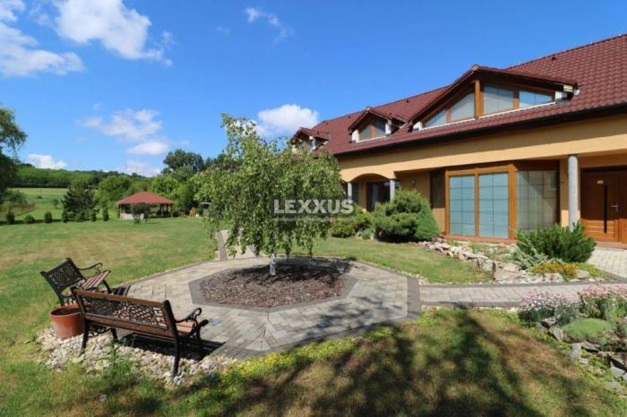 Reality LEXXUS-PREDAJ kvalitný 9i rodinný dom v obci Santovka, pozemok 3851 m2